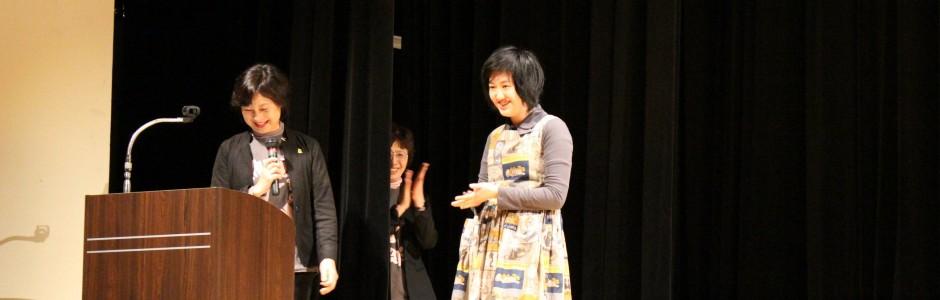 上映会ミニコンサート(渚子さんピアノ演奏後のスピーチ)